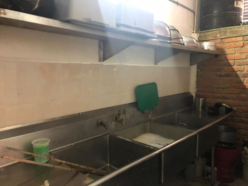 Traspaso Local de Comida en Mercado Aldama Mercado Aldama sobre Calle 54   Local con doble cortina 77.00 m2 Local adaptado para Rosticería  Mueble de Acero Inoxidable Barra Caliente en fría Mueble de Acero Inoxidable Baño María Mueble  Rosticero de Acero Inoxidable Estufa industrial de Acero Inoxidable 2 Mesas de trabajo 5 mesas cada una con 4 sillas acoginadas Mueble de Caja u Oficina 2 congeladores tipo baúl 1 refrigerador 1 tanque estacionario de 300 lts Conexiones de gas y agua Cuota de recuperación al de Renta al Municipio $2,700.00 aprox 8