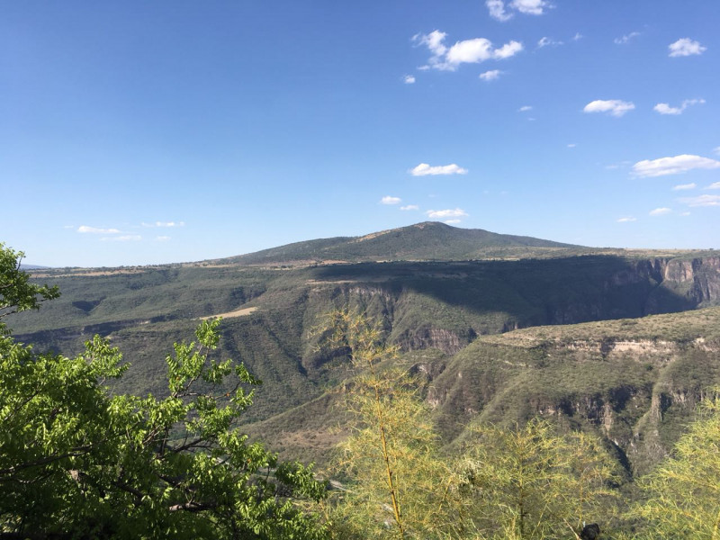 Excelente terreno con vista panorámica muy atractiva de la Barranca de Huentitán, sobre anillo periférico. 2,200 mts Ideal para casa de campo. Uso de suelo habitacional 8