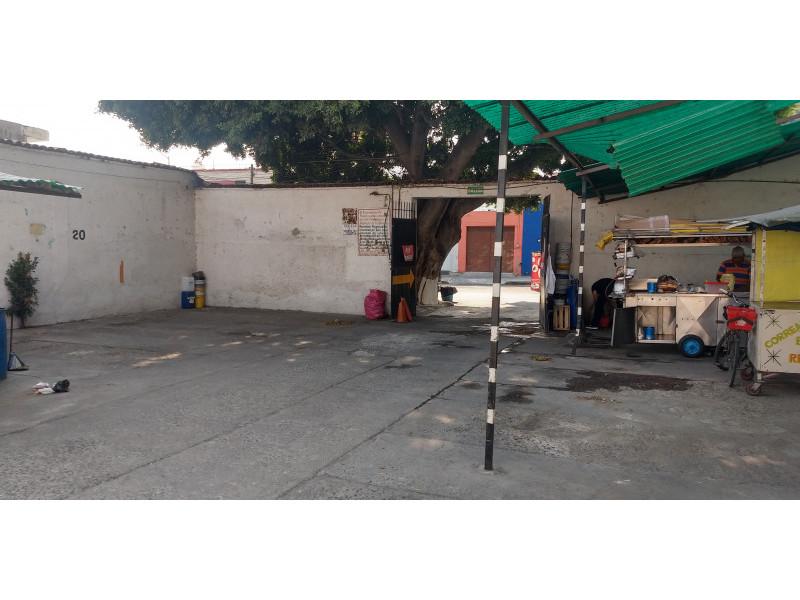 Terreno especial (H4-V), para comercio y vivienda, en la zona comercial de Medrano y calle 62 col. La Loma, alta densidad. Superficie plana de 495 m2 (15 x 33) cuenta con barda perimetral y portón. Se pueden construir hasta 4 niveles. 8