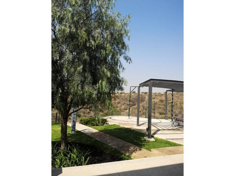 Hermosa casa en venta dentro de un fraccionamiento residencial, cuenta con amplias áreas verdes, alberca, área social aparatos de ejercicio, etc. La casa se distribuye de la siguiente manera: *Planta baja - Cochera para 2 autos - 1/2 baño - Sala - Comedor - Cocina equipada - Clóset de blancos - Área de lavado en interior - Amplio Jardín * Planta alta - 3 recámaras (Principal con baño y vestidor) - 2 baños completos - Estudio * Roof Garden - Sala de TV - Azotea para servicios - Pergolado ¡Se aceptan créditos!  NO SE COMPARTE COMISIÓN 9