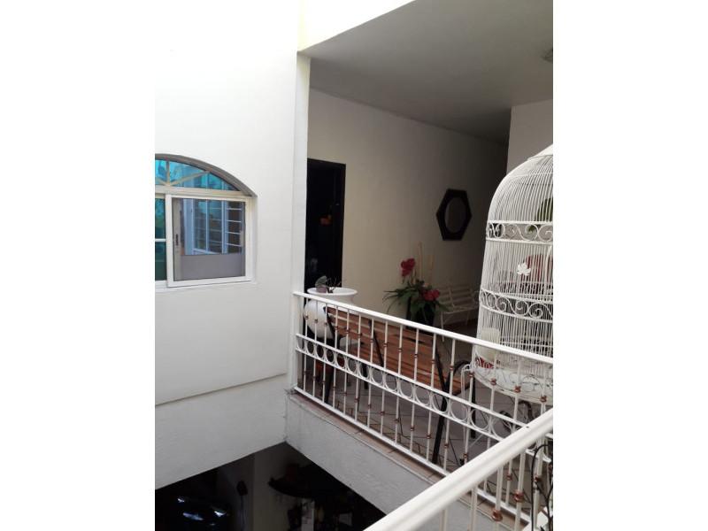 Se Vende casa en Colonia Santa Rosa, Guadalajara, Jal.  Casa en venta en Col. Santa Rosa, en la planta baja cuenta con cochera cubierta para 2 autos, sala, comedor, cocina integral, baño completo. En primer nivel 3 recamaras y patio de servicio. En el 2do nivel terraza con protecciones cuenta con malla electrificada, se encuentra en muy buenas condiciones. La propiedad tiene 1 año de remodelación.      9