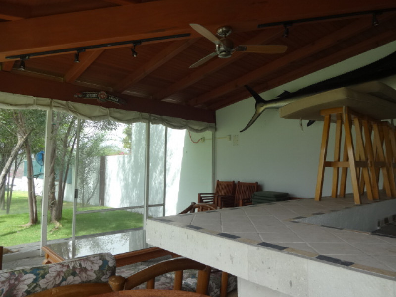 Terreno en Villa Corona, Jalisco. Frente a la laguna. Cuenta con una terraza, cocineta, 2 baños, alberca con chapoteadero y equipo, embarcadero con un pequeño muelle, cisterna de 10m3, bardas laterales y  3 bodegas. tel. para cita (33)15664050. 9