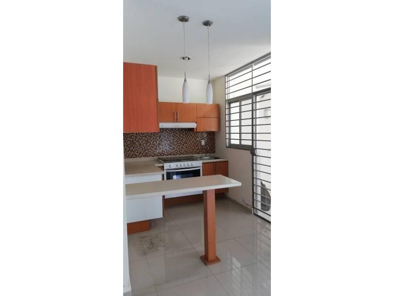 Casa en condominio con tres recamaras en planta alta, dos baños y en planta baja, cuenta con un estudio y medio baño, cocina integral, área de servicio, pequeño jardín, sala y comedor. 4
