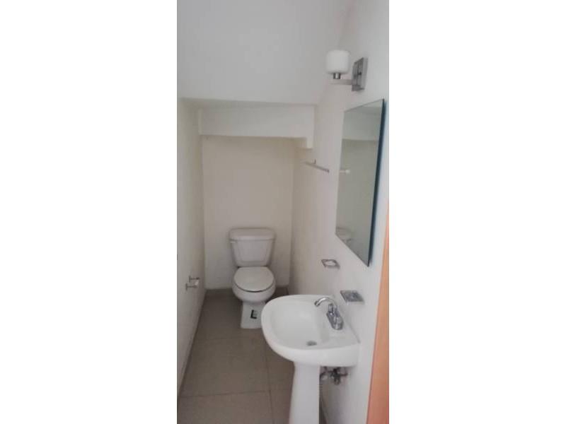 Casa en condominio con tres recamaras en planta alta, dos baños y en planta baja, cuenta con un estudio y medio baño, cocina integral, área de servicio, pequeño jardín, sala y comedor. 5