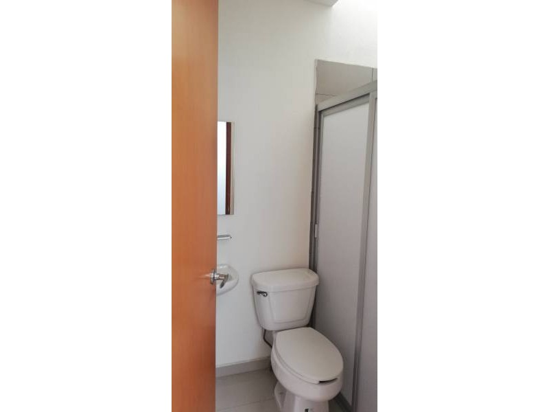 Casa en condominio con tres recamaras en planta alta, dos baños y en planta baja, cuenta con un estudio y medio baño, cocina integral, área de servicio, pequeño jardín, sala y comedor. 7
