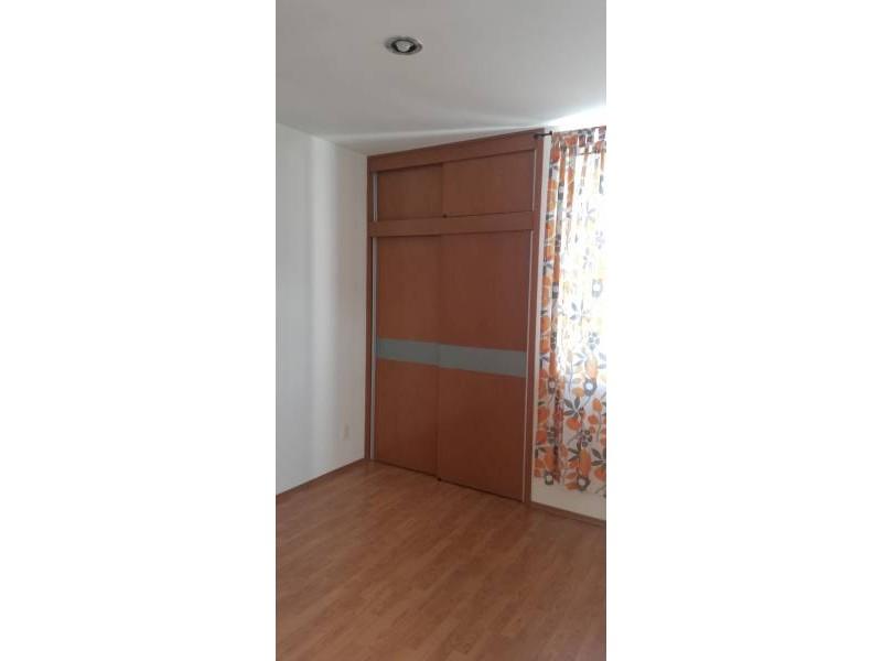 Casa en condominio con tres recamaras en planta alta, dos baños y en planta baja, cuenta con un estudio y medio baño, cocina integral, área de servicio, pequeño jardín, sala y comedor. 8