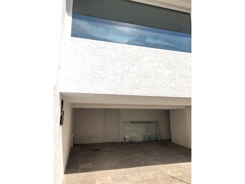 UBICACIÓN: LINDISIMA ZONA DE COLOMOS PROVIDENCIA EN LA CALLE ALBERTA CASI AVENIDA PATRIA. TERRENO: 425 METROS CUADRADOS (12 m de frente por 35 m de fondo) CONSTRUCCION: 385 METROS CUADRADOS ESTACIONAMIENTO: A DESNIVEL HASTA 4 AUTOS CHICOS SALA COMEDOR: CON GRAN AMPLITUD COCINA: AMPLIA CON DOBLE BARRA DESAYUNADORA UBICACIÓN: LINDISIMA ZONA DE COLOMOS PROVIDENCIA EN LA CALLE ALBERTA CASI AVENIDA PATRIA. TERRENO: 425 METROS CUADRADOS (12 m de frente por 35 m de fondo) CONSTRUCCION: 385 METROS CUADRADOS ESTACIONAMIENTO: A DESNIVEL HASTA 4 AUTOS CHICOS SALA COMEDOR: CON GRAN AMPLITUD COCINA: AMPLIA CON DOBLE BARRA DESAYUNADORA CUARTO DE SERVICIO: LAVADORAS, ESPACIO DE TENDIDO Y HABITACION. RECAMARAS: 3 RECAMARAS UNA EN PLANTA BAJA Y DOS EN SEGUNDO NIVEL (UNA CON CLOSET Y OTRA CON VESTIDOR)  BAÑOS: 4.5 BAÑOS (INCLUYE EL DE LA SERVIDUMBRE) STAR DE TV: 1 EN PLANTA BAJA 5