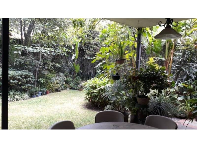 Casa muy bien ubicada entre Arcos Vallarta y Colonia Americana , con 375 mts de terreno, sobre Francisco Javier Gamboa, cuenta con 4 Recámaras, sala comedor, terraza con jardín y en el tercer piso su cuarto de servicio con baño.v 13