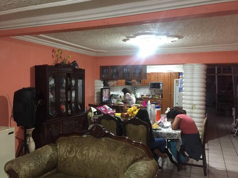Casa habitacion en dos niveles, en el perimero cuenta con Sala, comedor, cocina integral, baño completo y una habitación. En el segundo  4 Recámaras, un baño completo, patio y área de lavado, balcón que da a la calle. Aire acondicionado en cada habitación, calentador solar y calentador eléctrico, tinaco. 4