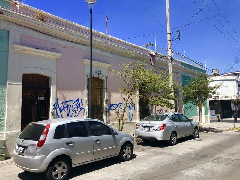 CASA HABITACION DE UNA PLANTA CON 1 LOCAL  EN LA ESQUINA MAS PATIO CENTRAL  3 RECAMARAS AREA DE COCINA Y COMEDOR SIN EQUIPAMIENTO ZONA DE BAÑOS, TERRAZA, Y EL PLANTA PLANTA ALTA TIENE UNA AREA DE SERVICIO Y TENDIDO CASA PARA USOS DIVERSOS USO DE SUELO MIXTO 7