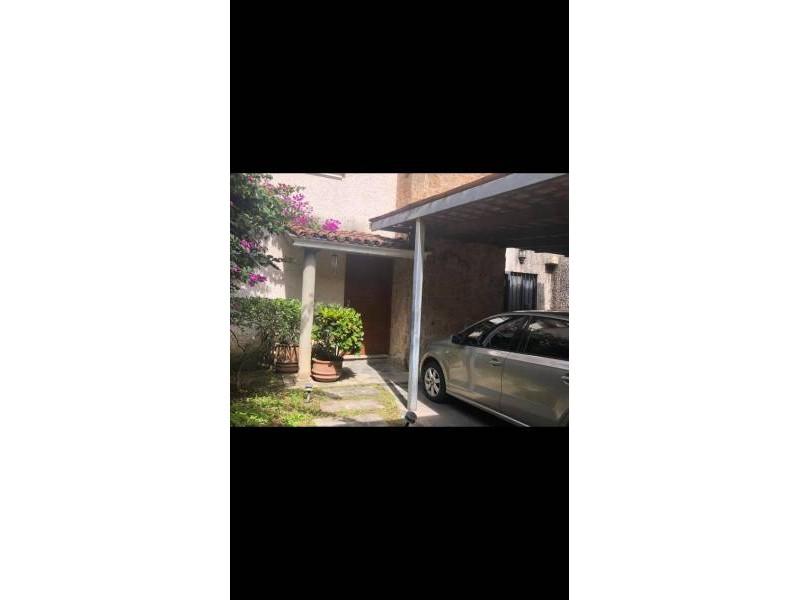 Casa en venta en un lugar privado de providencia. Calle empedrada, tránsito local, a una cuadra de Av Patria y cuadra de Av Américas.   4