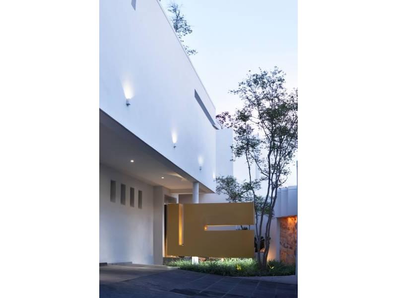 Amplia casa ubicada en country club de dos niveles, con estudio, salas de estar con vista a un amplio jardín. Acabados de lujo. Amplias recamaras. Cochera para 3 autos techada y caseta de seguridad. 2