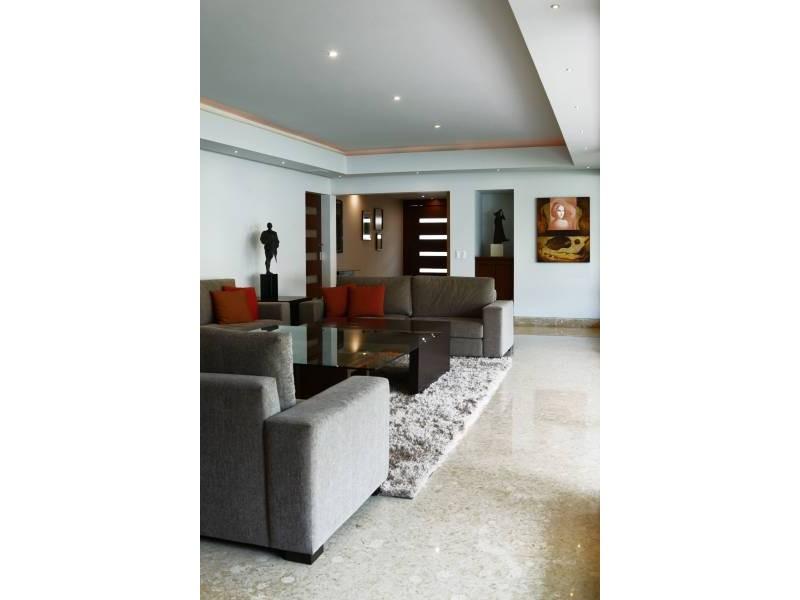 Amplia casa ubicada en country club de dos niveles, con estudio, salas de estar con vista a un amplio jardín. Acabados de lujo. Amplias recamaras. Cochera para 3 autos techada y caseta de seguridad. 3