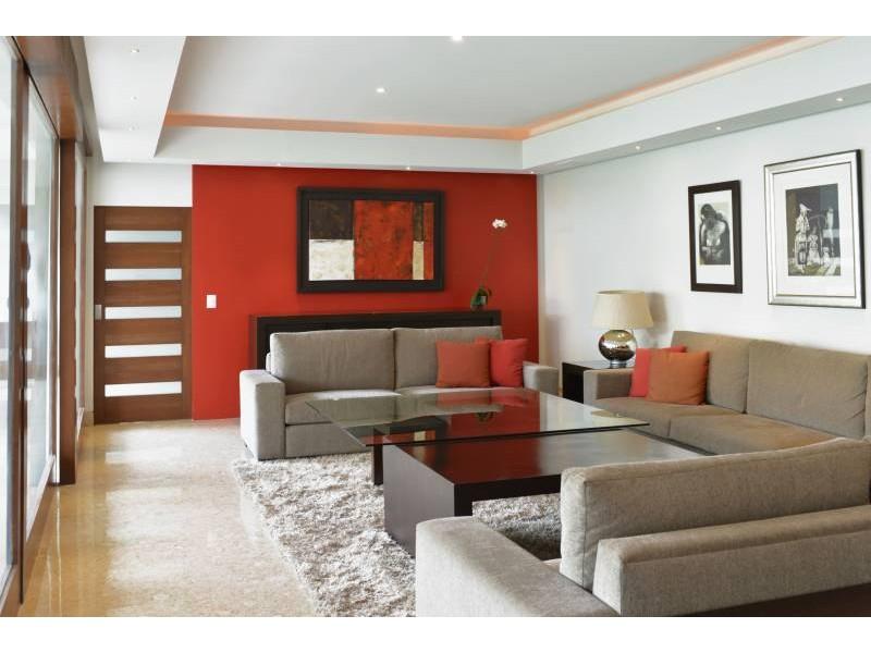 Amplia casa ubicada en country club de dos niveles, con estudio, salas de estar con vista a un amplio jardín. Acabados de lujo. Amplias recamaras. Cochera para 3 autos techada y caseta de seguridad. 4