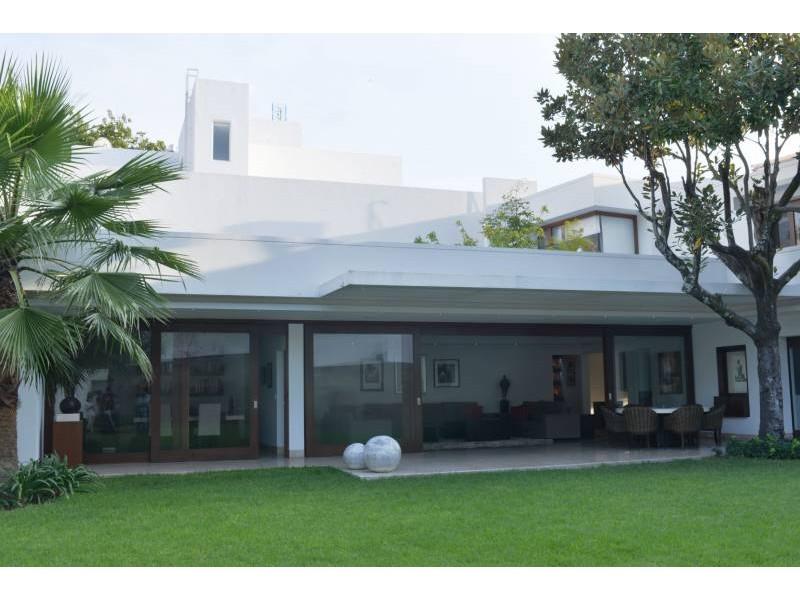 Amplia casa ubicada en country club de dos niveles, con estudio, salas de estar con vista a un amplio jardín. Acabados de lujo. Amplias recamaras. Cochera para 3 autos techada y caseta de seguridad. 6