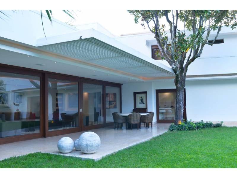 Amplia casa ubicada en country club de dos niveles, con estudio, salas de estar con vista a un amplio jardín. Acabados de lujo. Amplias recamaras. Cochera para 3 autos techada y caseta de seguridad. 8