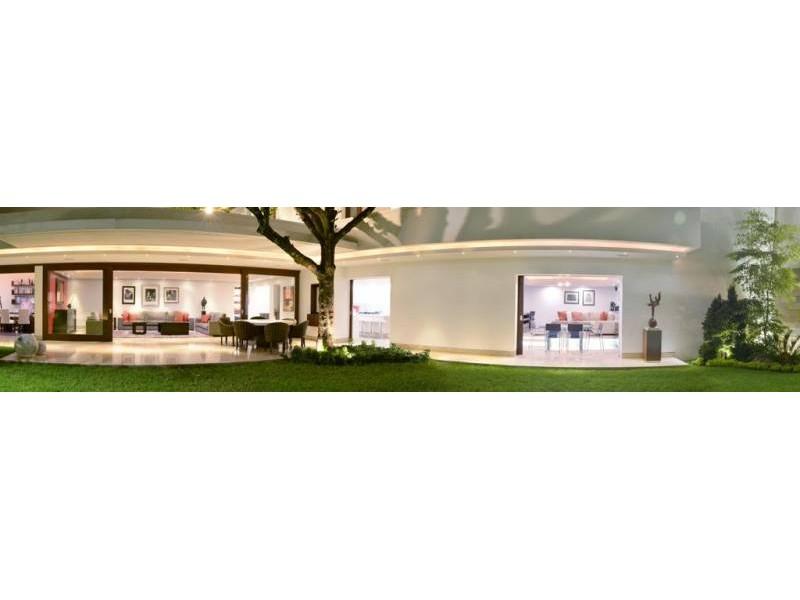 Amplia casa ubicada en country club de dos niveles, con estudio, salas de estar con vista a un amplio jardín. Acabados de lujo. Amplias recamaras. Cochera para 3 autos techada y caseta de seguridad. 13