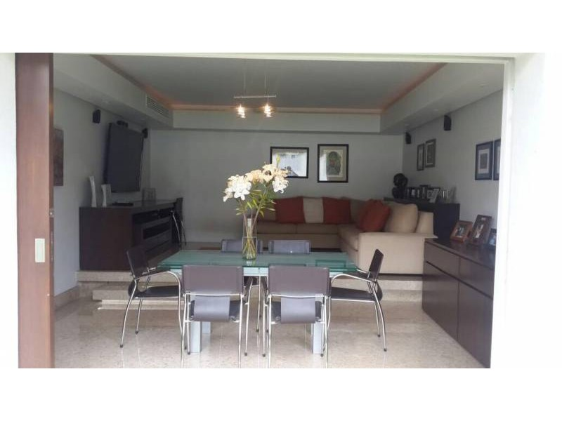 Amplia casa ubicada en country club de dos niveles, con estudio, salas de estar con vista a un amplio jardín. Acabados de lujo. Amplias recamaras. Cochera para 3 autos techada y caseta de seguridad. 17
