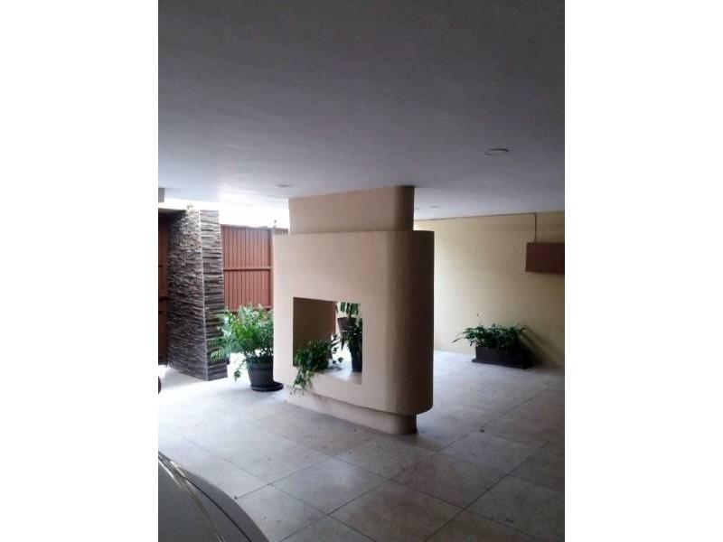 Casa en 3 niveles, buen estado de conservación, en excelente ubicación. Consta de sala, comedor, cocina integral, cuarto de tv, cuarto de servicio, área de lavado, 3 recámaras, 3 baños completos, 1 con vestidor, baño de servicio, elevador y cochera para 3 autos.  2