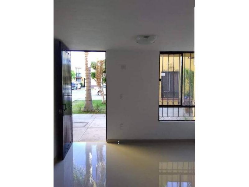 Casa en venta dentro de coto Cuenta con la siguiente distribución P.B: Cochera para 1 auto, sala, comedor, cocina integral, patio de servicio, 1/2 baño, P.A: 2 recámaras, 1 baño completo. 4