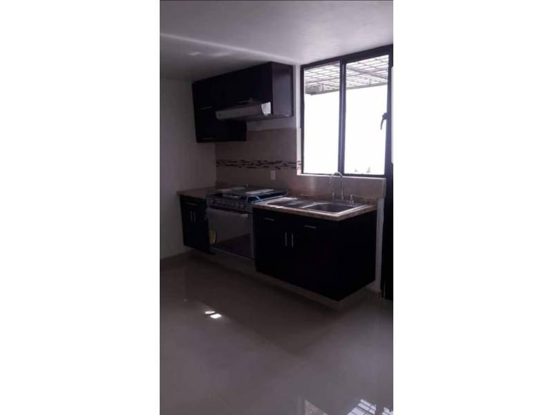 Casa en venta dentro de coto Cuenta con la siguiente distribución P.B: Cochera para 1 auto, sala, comedor, cocina integral, patio de servicio, 1/2 baño, P.A: 2 recámaras, 1 baño completo. 6