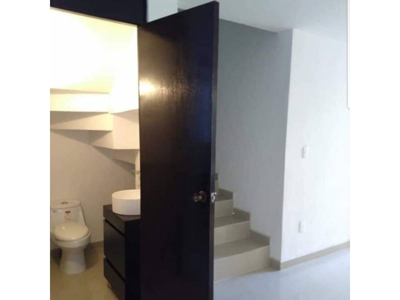 Casa en venta dentro de coto Cuenta con la siguiente distribución P.B: Cochera para 1 auto, sala, comedor, cocina integral, patio de servicio, 1/2 baño, P.A: 2 recámaras, 1 baño completo. 8