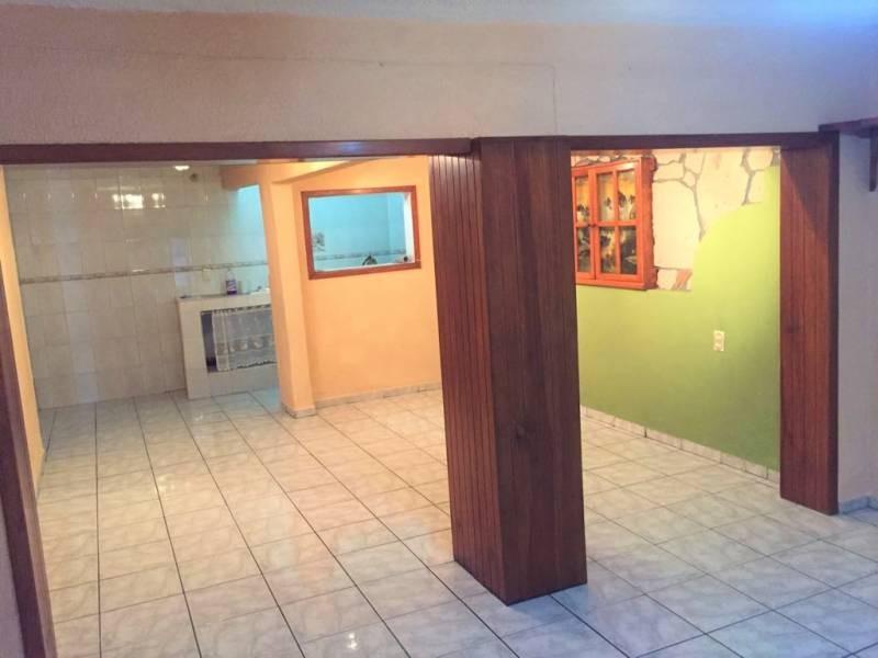 Casa en venta ubicada en zona comercial con 3 recamaras, cocina integral amplia de dos niveles, 2 baños completos, cochera para 2 autos, cuarto de servicio calentador automatico. 3