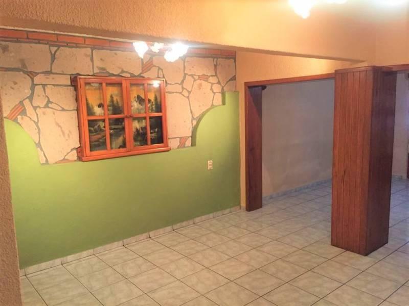 Casa en venta ubicada en zona comercial con 3 recamaras, cocina integral amplia de dos niveles, 2 baños completos, cochera para 2 autos, cuarto de servicio calentador automatico. 7