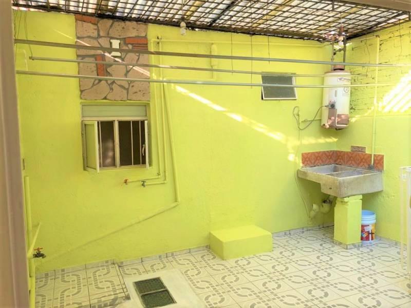 Casa en venta ubicada en zona comercial con 3 recamaras, cocina integral amplia de dos niveles, 2 baños completos, cochera para 2 autos, cuarto de servicio calentador automatico. 10