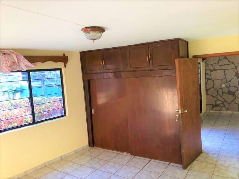 Casa en venta ubicada en zona comercial con 3 recamaras, cocina integral amplia de dos niveles, 2 baños completos, cochera para 2 autos, cuarto de servicio calentador automatico. 14