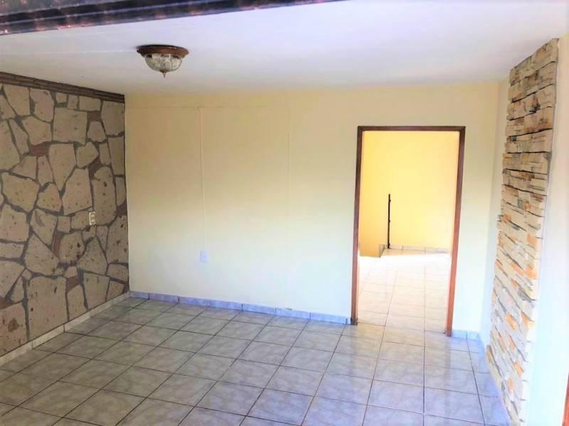 Casa en venta ubicada en zona comercial con 3 recamaras, cocina integral amplia de dos niveles, 2 baños completos, cochera para 2 autos, cuarto de servicio calentador automatico. 15