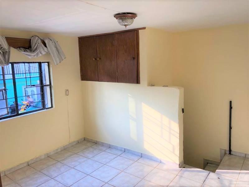 Casa en venta ubicada en zona comercial con 3 recamaras, cocina integral amplia de dos niveles, 2 baños completos, cochera para 2 autos, cuarto de servicio calentador automatico. 18