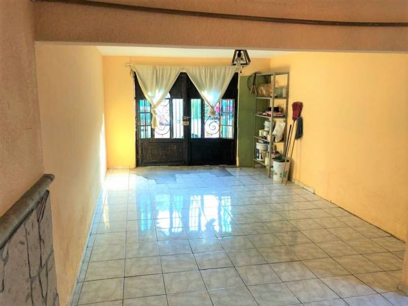 Casa en venta ubicada en zona comercial con 3 recamaras, cocina integral amplia de dos niveles, 2 baños completos, cochera para 2 autos, cuarto de servicio calentador automatico. 20