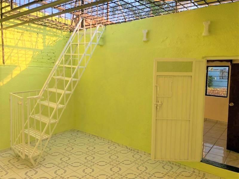Casa en venta ubicada en zona comercial con 3 recamaras, cocina integral amplia de dos niveles, 2 baños completos, cochera para 2 autos, cuarto de servicio calentador automatico. 23
