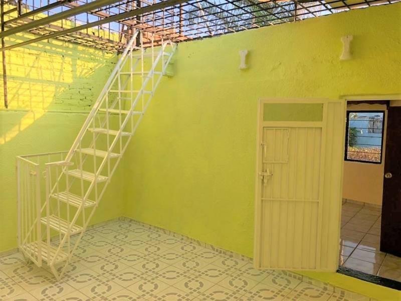 Casa en venta ubicada en zona comercial con 3 recamaras, cocina integral amplia de dos niveles, 2 baños completos, cochera para 2 autos, cuarto de servicio calentador automatico. 24
