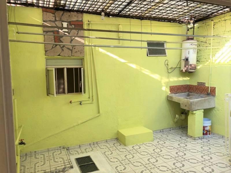 Casa en venta ubicada en zona comercial con 3 recamaras, cocina integral amplia de dos niveles, 2 baños completos, cochera para 2 autos, cuarto de servicio calentador automatico. 25