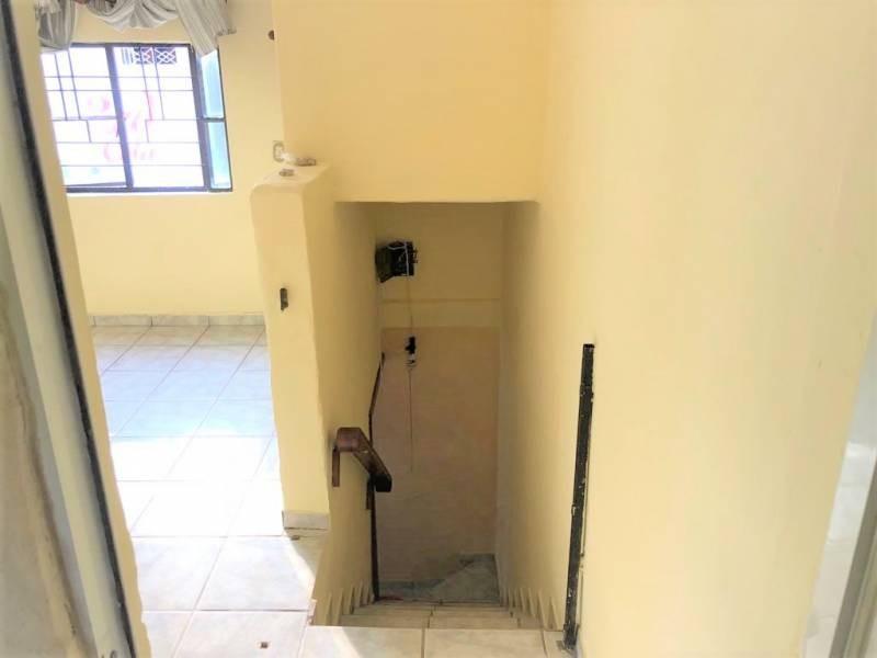 Casa en venta ubicada en zona comercial con 3 recamaras, cocina integral amplia de dos niveles, 2 baños completos, cochera para 2 autos, cuarto de servicio calentador automatico. 26