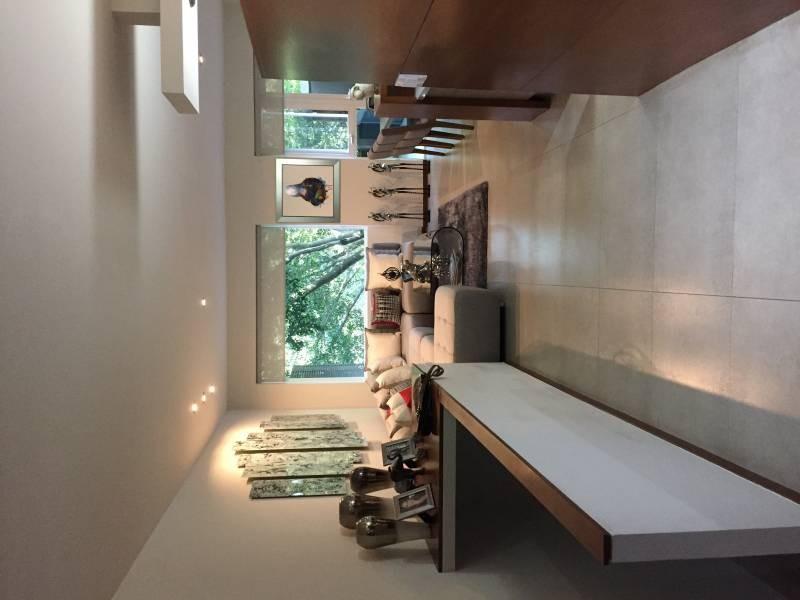 Casa de dos niveles en condominio horizontal, primer nivel, cochera para 2 autos, ingreso pasillo, medio baño, cocina, área de lavado, cuarto de servicio con baño completo, sala, comedor con vista al bosque y terraza. Segundo nivel abajo, distribuidor y área de TV, 2 recamaras con baño completo y vestidor. 10