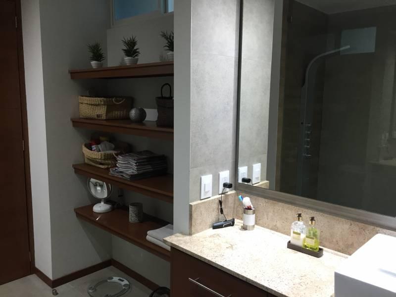 Casa de dos niveles en condominio horizontal, primer nivel, cochera para 2 autos, ingreso pasillo, medio baño, cocina, área de lavado, cuarto de servicio con baño completo, sala, comedor con vista al bosque y terraza. Segundo nivel abajo, distribuidor y área de TV, 2 recamaras con baño completo y vestidor. 22