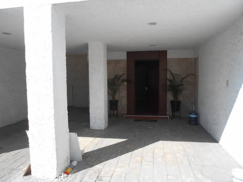 Hermosa casa, muy iluminada, con terraza y jardín, amplia estancia familiar, ubicada en una excelente zona y cerca de avenidas muy importantes, conozcala!! 2