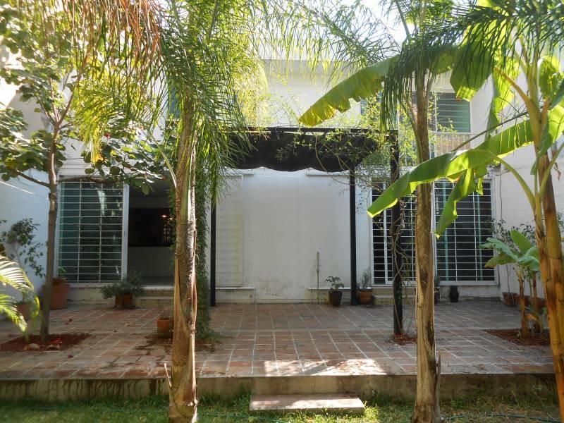 Hermosa casa, muy iluminada, con terraza y jardín, amplia estancia familiar, ubicada en una excelente zona y cerca de avenidas muy importantes, conozcala!! 10