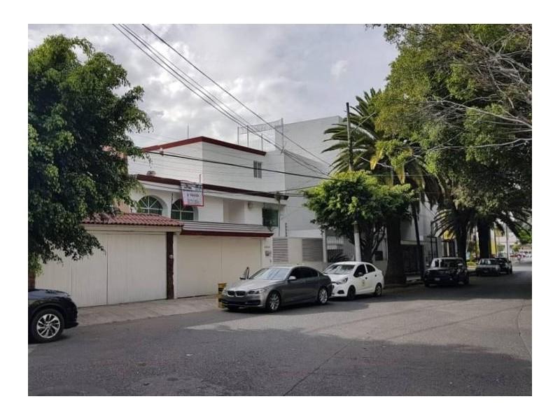 Se vende hermosa casa en Residencial Victoria en la calle Ambar con número 2430 con excelente ubicación a un par de cuadras de plaza del Sol entrando por Mc Donalds de Mariano Otero. Ideal para habitarla o utilizarla con fines comerciales por su privilegiada ubicación. 1