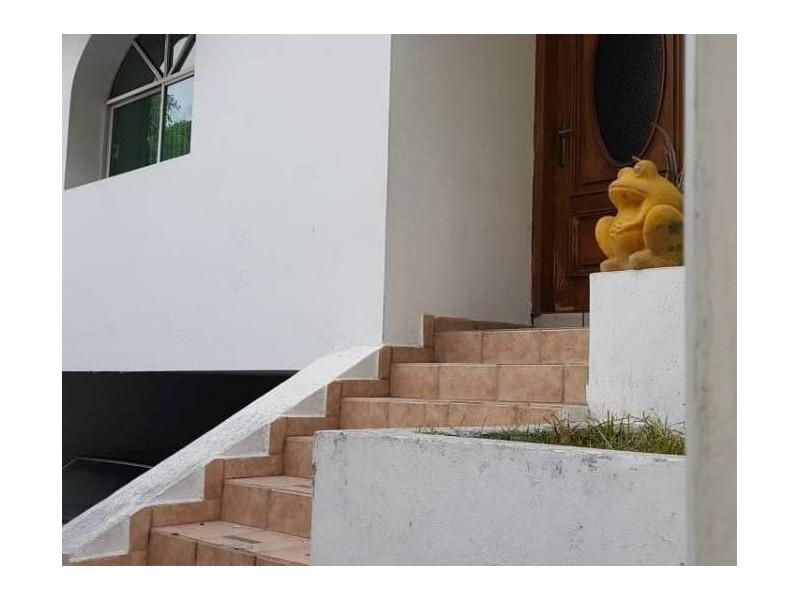 Se vende hermosa casa en Residencial Victoria en la calle Ambar con número 2430 con excelente ubicación a un par de cuadras de plaza del Sol entrando por Mc Donalds de Mariano Otero. Ideal para habitarla o utilizarla con fines comerciales por su privilegiada ubicación. 2