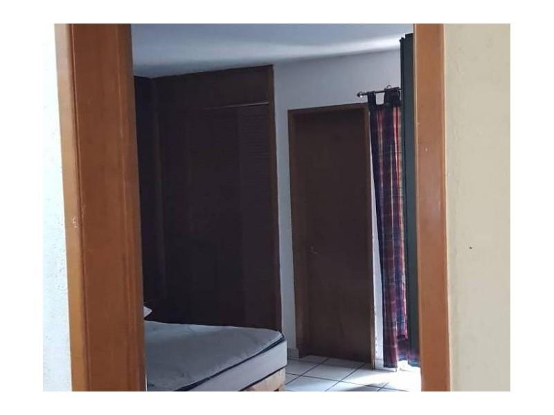 Se vende hermosa casa en Residencial Victoria en la calle Ambar con número 2430 con excelente ubicación a un par de cuadras de plaza del Sol entrando por Mc Donalds de Mariano Otero. Ideal para habitarla o utilizarla con fines comerciales por su privilegiada ubicación. 7