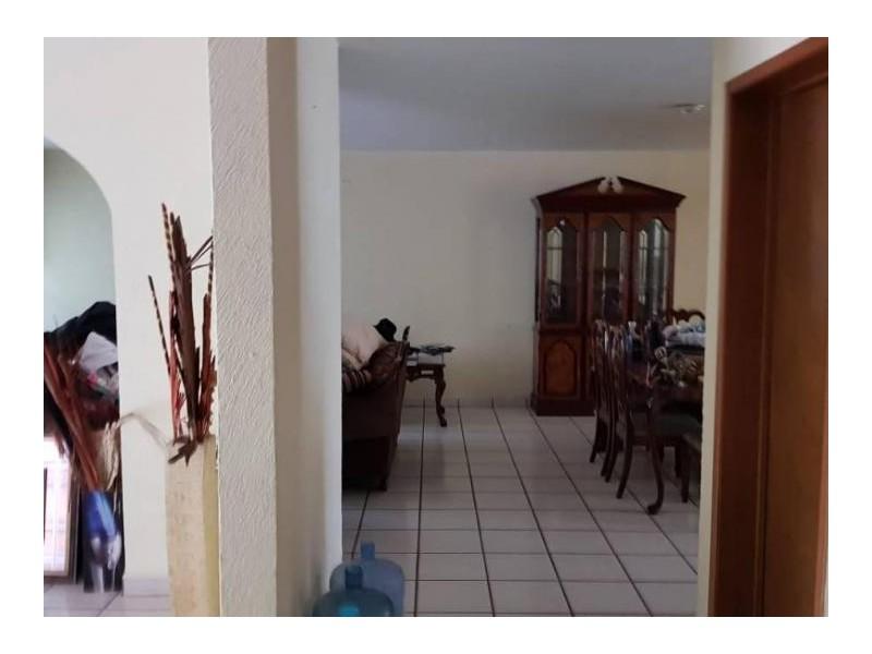 Se vende hermosa casa en Residencial Victoria en la calle Ambar con número 2430 con excelente ubicación a un par de cuadras de plaza del Sol entrando por Mc Donalds de Mariano Otero. Ideal para habitarla o utilizarla con fines comerciales por su privilegiada ubicación. 13