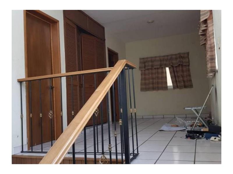 Se vende hermosa casa en Residencial Victoria en la calle Ambar con número 2430 con excelente ubicación a un par de cuadras de plaza del Sol entrando por Mc Donalds de Mariano Otero. Ideal para habitarla o utilizarla con fines comerciales por su privilegiada ubicación. 15