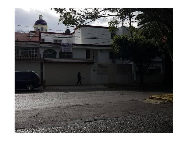 Se vende hermosa casa en Residencial Victoria en la calle Ambar con número 2430 con excelente ubicación a un par de cuadras de plaza del Sol entrando por Mc Donalds de Mariano Otero. Ideal para habitarla o utilizarla con fines comerciales por su privilegiada ubicación. 17