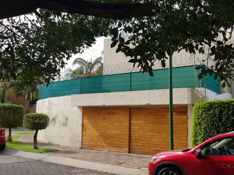 Casa en excelente ubicación en esquina sobre Av. Toltecas y Rinconada del Nardo, en la colonia Rinconada de Santa Rita, tiene una pequeña alberca con jardín perimetral, cochera con portón eléctrico. Tiene dos ingresos por diferentes calles, en esquina a unas cuadras de Plaza México, y el Hospital del Carmen. Informes y citas al 3311757701 Y 3337197274 3
