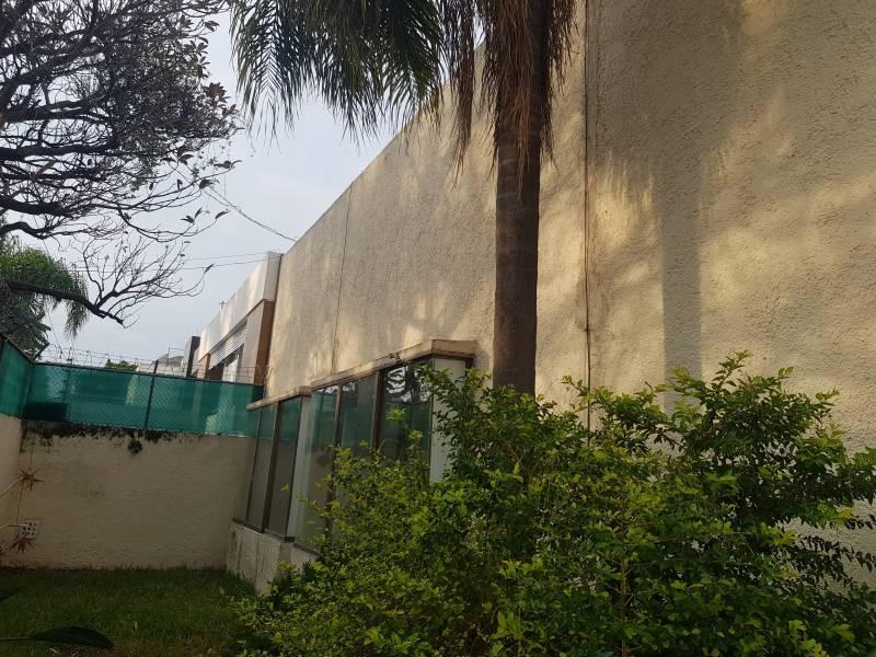 Casa en excelente ubicación en esquina sobre Av. Toltecas y Rinconada del Nardo, en la colonia Rinconada de Santa Rita, tiene una pequeña alberca con jardín perimetral, cochera con portón eléctrico. Tiene dos ingresos por diferentes calles, en esquina a unas cuadras de Plaza México, y el Hospital del Carmen. Informes y citas al 3311757701 Y 3337197274 5