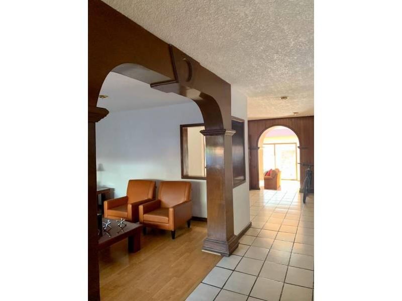 Casa en venta ubicada en la colonia San Wenceslao, cercana a la UAG. Se cuenta con 3 niveles en la propiedad. En la planta baja se tiene sala, comedor, amplio recibidor con espacio para muebles, terraza, jardín y 2 medios baños. En el segundo nivel se tienen 3 recámaras, cada una con closet y baño completo, además de una amplia sala para TV. Por último, en el tercer nivel se cuenta con un amplio cuarto de servicio y patio. 3